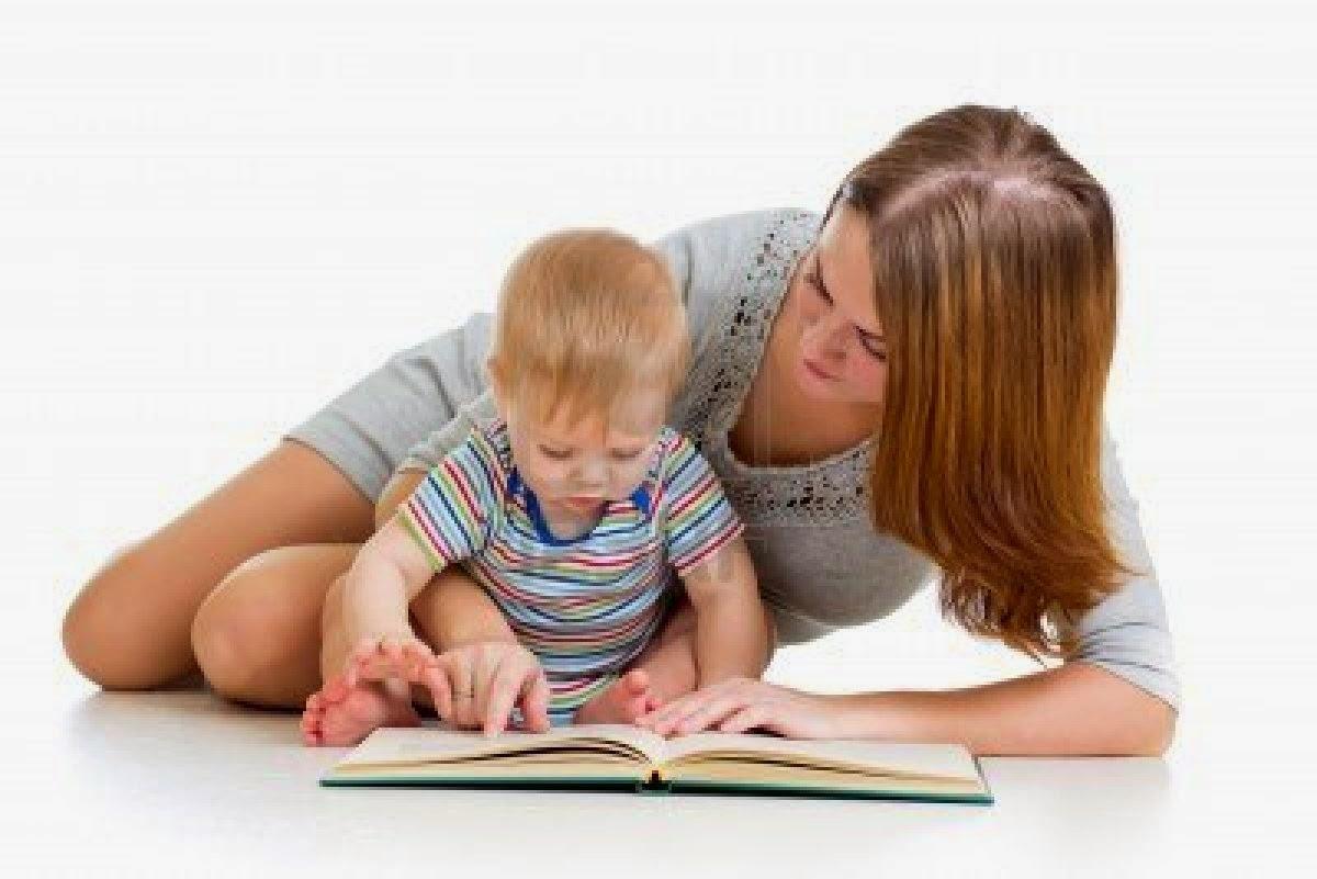 Foto bayi lucu baca buku dan ibunya gratis