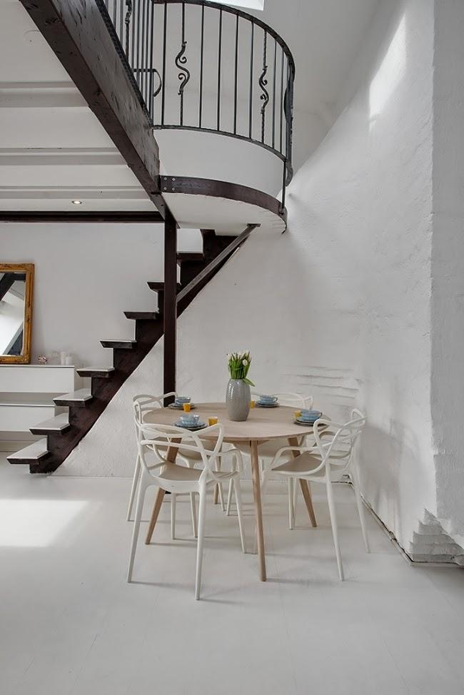 Białe mieszkanie na poddaszu, wystrój wnętrz, wnętrza, urządzanie domu, dekoracje wnętrz, aranżacja wnętrz, inspiracje wnętrz,interior design , dom i wnętrze, aranżacja mieszkania, modne wnętrza, styl klasyczny, styl skandynawski, schody, antresola, jadalnia, stół