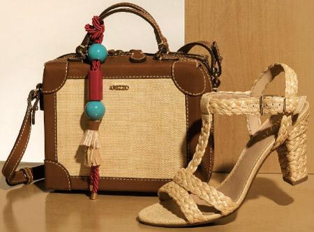 bolsa quadrada em ráfia e sandália salto em palha trançada Arezzo