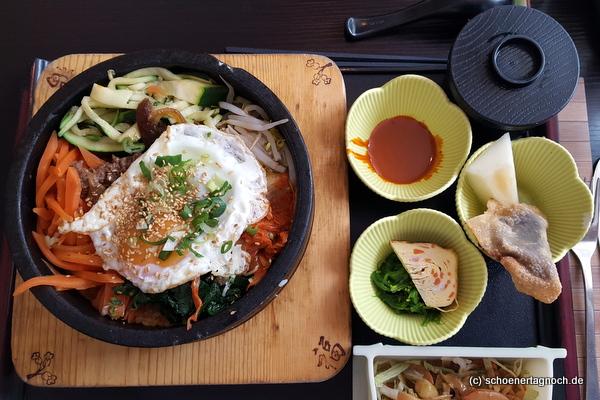 Bibimbap mit Reis, Kimchi, Spinat, Karotten, Hackfleisch und Spiegelei im Restaurant Kaiseki in Karlsruhe