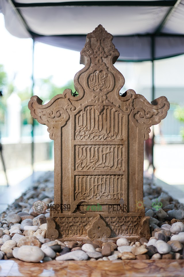 Sultan Al-Malik Ash-Shalih, wafat dalam bulan Ramandhan tahun 696 Hijriah (Juni/Juli 1297) dimakamkan di pusat pemerintahan Kota Sumatra