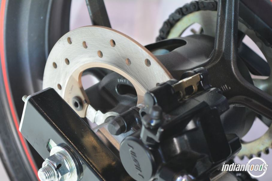 Suzuki Gixxer SF kini sudah menggunakan rem belakang jenis cakram plus sistem pengabutan bahan bakar injeksi