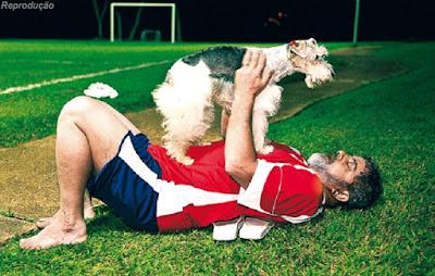 Lula brinca com a cachorrinha Mel