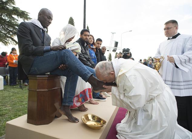 Ketika Sang Paus Mencium Kaki Lelaki Muslim