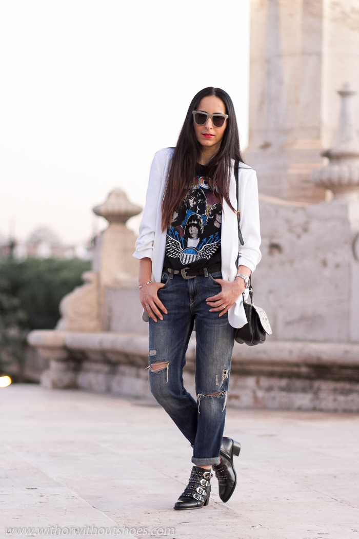 Influencer blogger con ideas para vestir comoda con pantalones vaqueros jeans