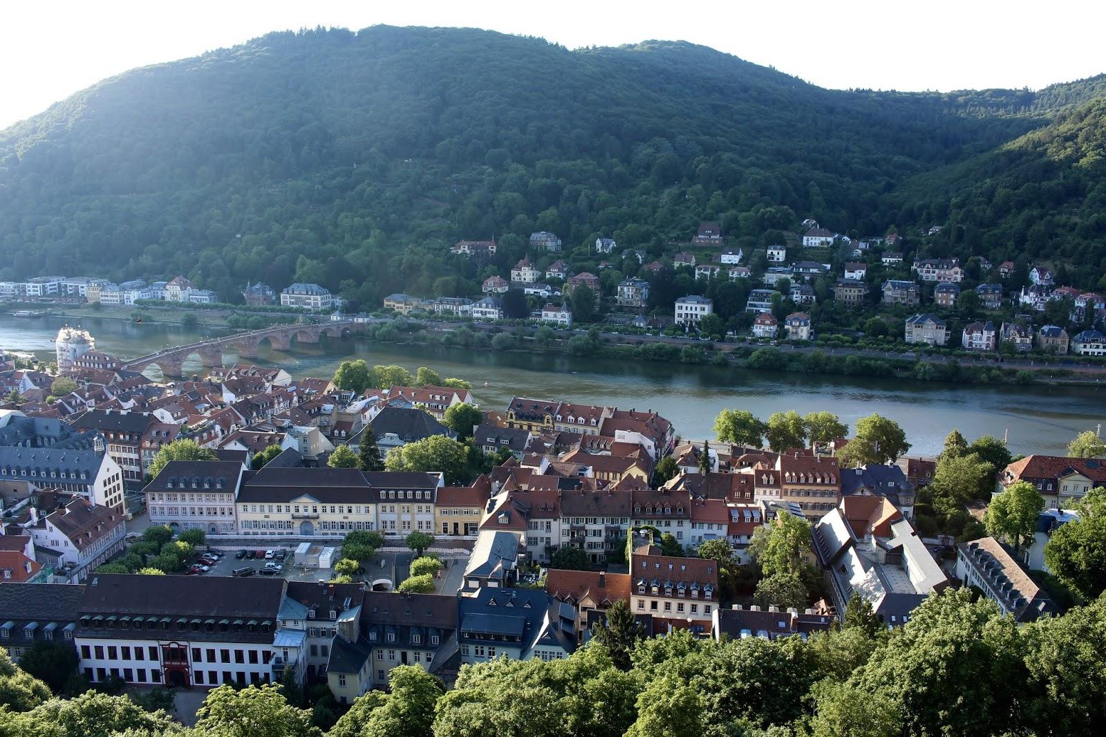 Der Diener zweier Herren von Goldoni bei den Heidelberger Schlossfestspielen: Blick auf die Alte Brücke; Foto: Yushka Brand