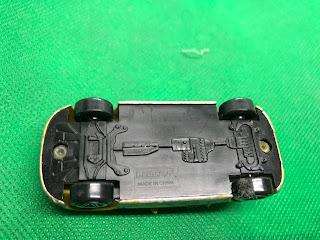 AUDI TT のおんぼろミニカーを底面から撮影