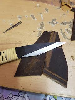 Couteau japonais sur pièces de cuir