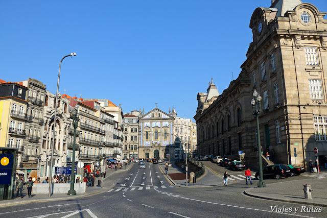 Estación de San Benito a la derecha y al fondo Iglesia de los Congregados, Oporto