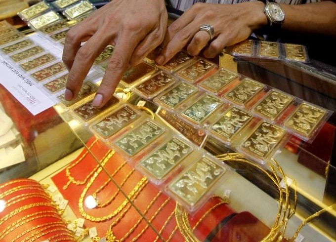 Ông chủ tiệm vàng mang tiền và vàng đi theo cô gái phu hồ