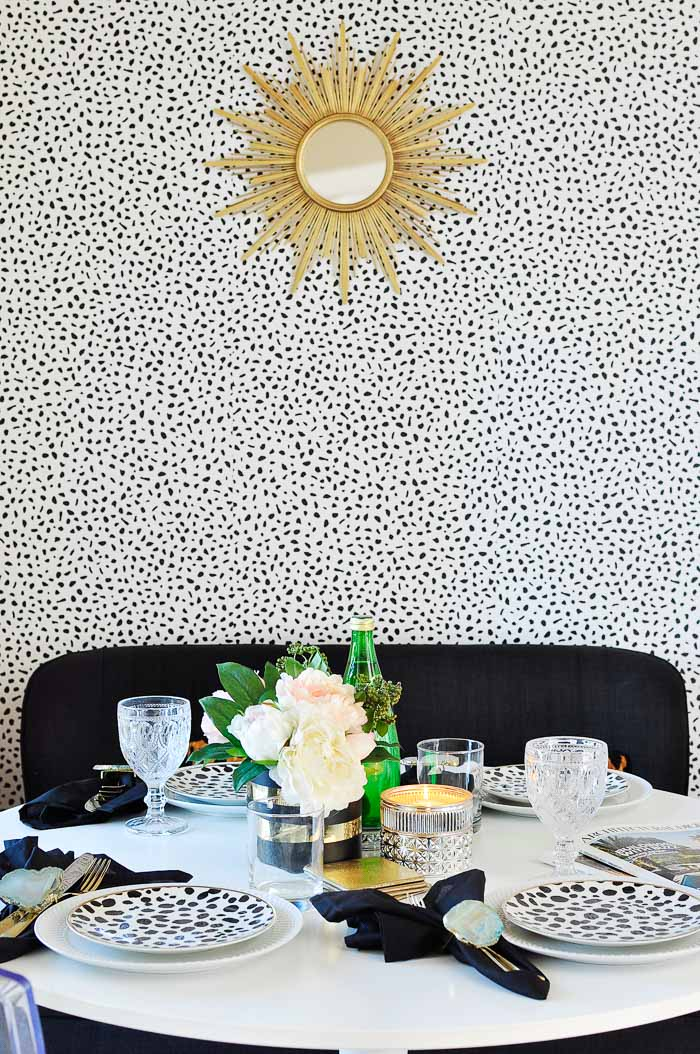A small space dining room (or breakfast nook) gets a chic black, white and gold makeover for only $100. | #diningroom #smallspacesquad #smallspaces #apartmenttherapy #apartmentlife #tinyhouse #glamdecor #diningroomdecor