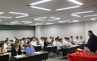 講演会講師・三遊亭楽春の落語に学ぶ顧客満足講演会の風景。
