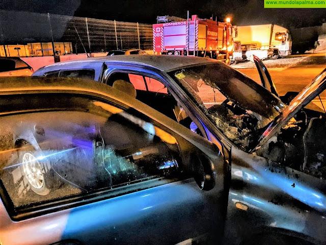 Los Bomberos extinguieron ayer un vehículo que ardía en Tazacorte