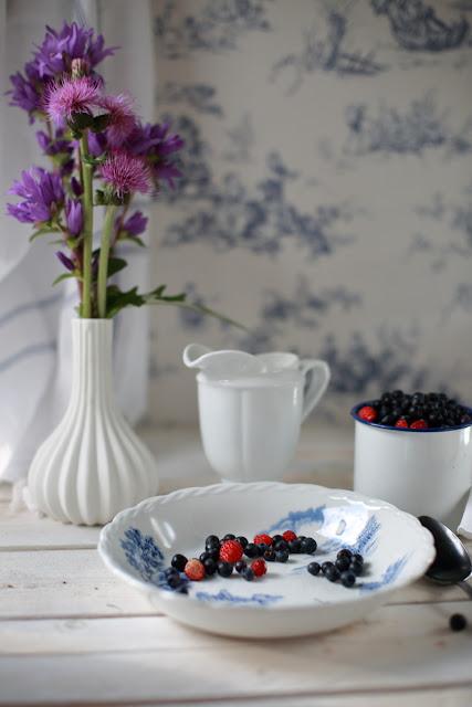mustikkaa, wild blueberries, still life, vanhat astiat