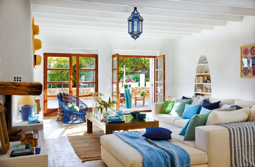 Biało-niebieska posiadłość na Ibizie, wystrój wnętrz, wnętrza, urządzanie domu, dekoracje wnętrz, aranżacja wnętrz, inspiracje wnętrz,interior design , dom i wnętrze, aranżacja mieszkania, modne wnętrza, białe wnętrza, niebieskie dodatki,
