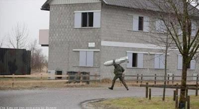 Lustiger Diebstahl von Armee Eigentum - Soldat trägt Bombe davon