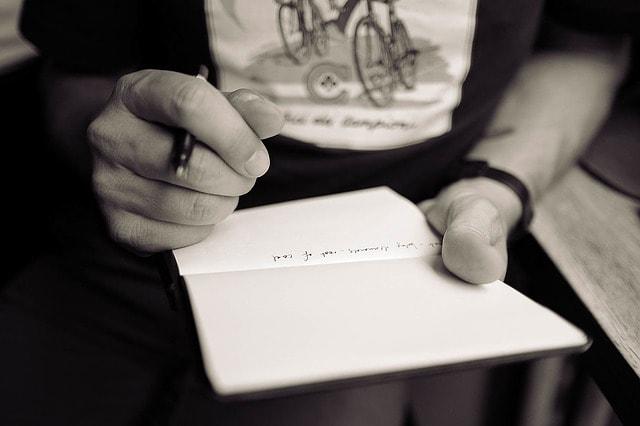 Escritura-persona-escribiendo.jpg