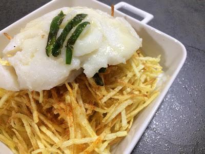 receta-de-bacalao-confitado-con-patatas-paja-y-pimientos-del-padron