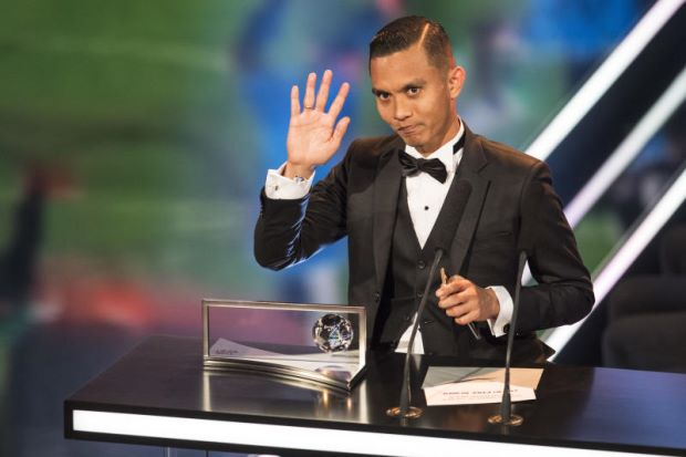 """Mohd Faiz Subri dari Malaysia merangkul Anugerah Puskas Persekutuan Bola Sepak Antarabangsa (FIFA) untuk jaringan gol paling cantik sepanjang 2016, justeru meletakkan namanya sebaris dengan pemenang terdahulu seperti bintang tersohor, Cristiano Ronaldo dan Neymar.      Penyerang Pulau Pinang berusia 29 tahun itu menerima anugerah tersebut hasil keunikan sepakan percuma tersebut pada majlis gilang-gemilang di Zurich, Isnin (awal pagi Selasa di Malaysia).      Kejayaan meraih anugerah tersebut menggembirakan jutaan rakyat Malaysia,yang jauh beribu kilometer daripada suasana musim sejuk di bandar tasik Swiss itu.  Mohd Faiz juga mencipta sejarah sebagai pemain Asia pertama dikurniakan anugerah sempena nama legenda bola sepak Hungary, Ferenc Puskas, yang menikmati kejayaan hebat bersama pasukan Real Madrid pada 1950-an dan 60-an serta bersama pasukan kebangsaan negara beliau.   """"Secara jujur, ia tidak pernah terlintas di fikiran saya bahawa saya akanmencapai ke tahap ini dan berada sebaris  dalam kalangan pemain bola sepak bertaraf dunia di tempat yang hebat ini,"""" katanya selepas menerima anugerah tersebut daripada bekas penyerang sensasi Brazil, Ronaldo."""
