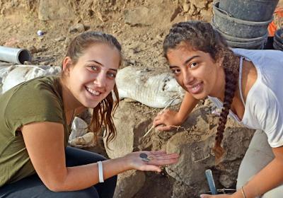 Dos adolescentes descubren moneda de 1.200 años en Galilea