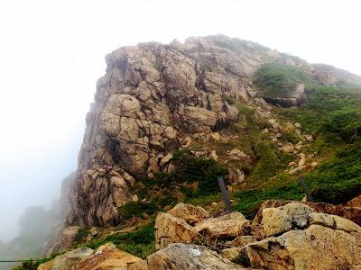 巨大な蛇紋岩の塊(至仏山頂上)