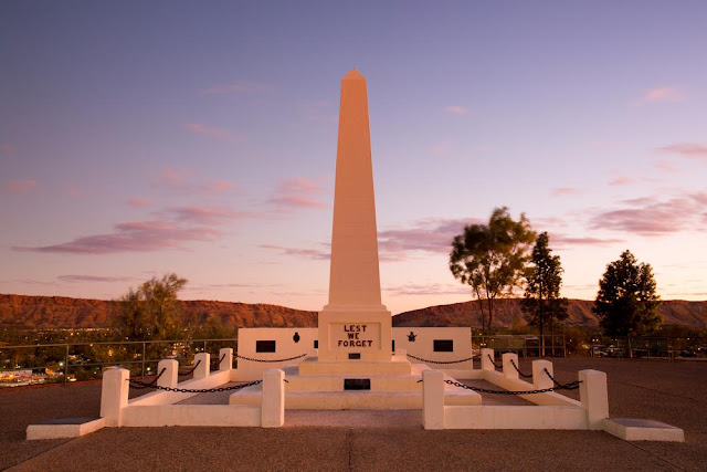 anzac day lest we forget monument
