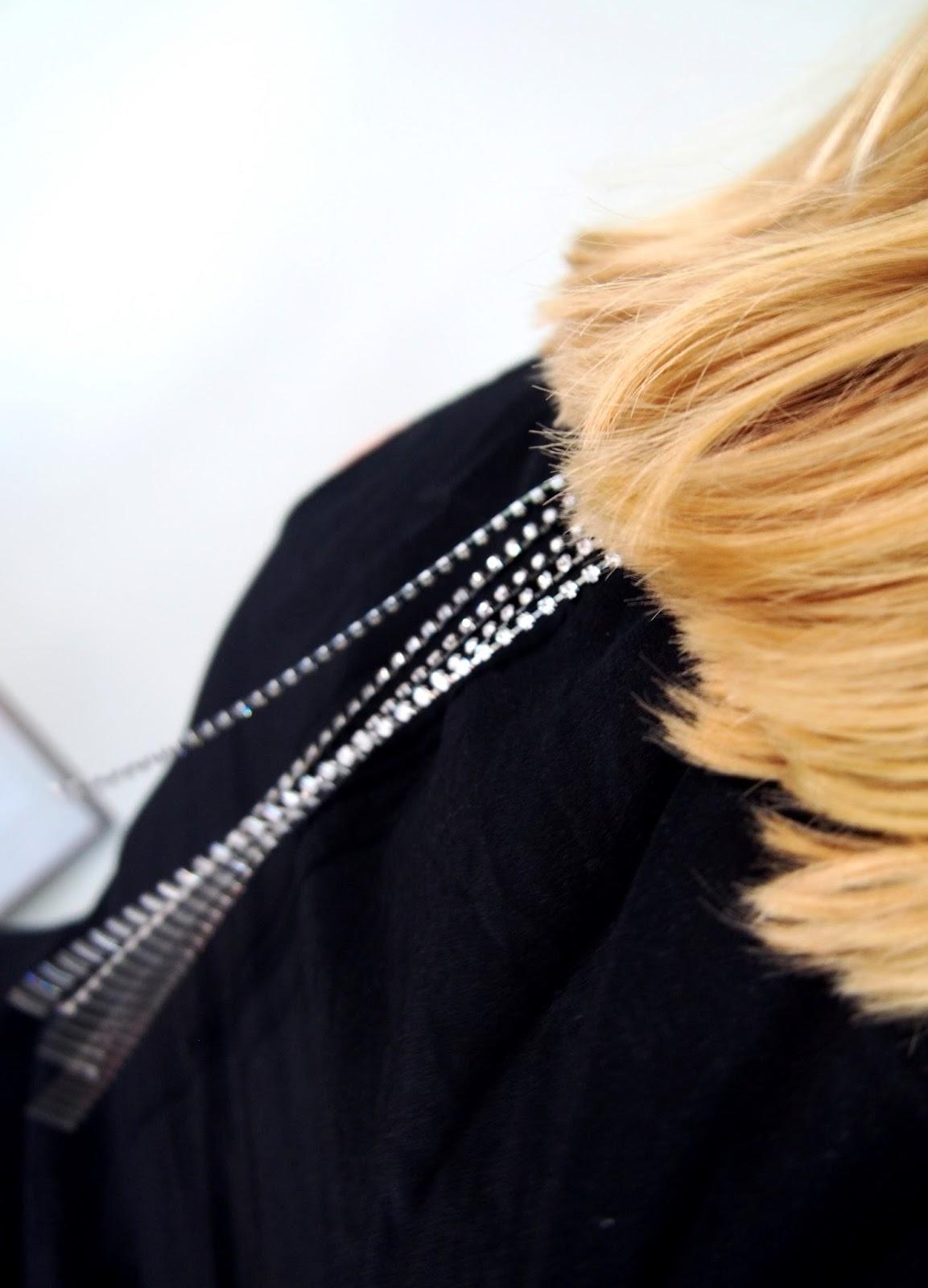 silver bra back top black musta rintaliivit toppi hiukset blonde blondi detail yksityiskohta
