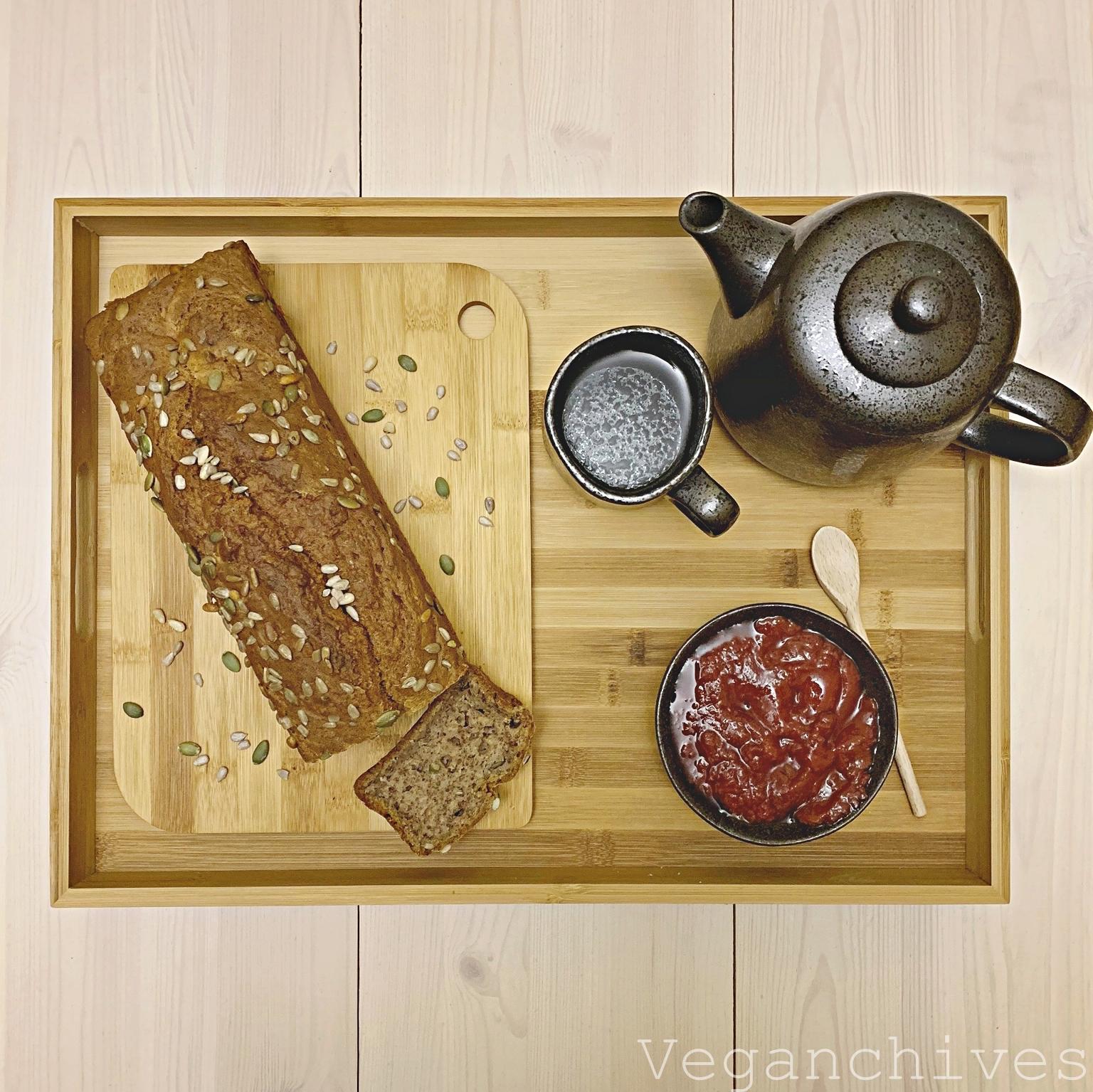 Wegański chlebek bananowy z mąką orkiszową i nasionami.
