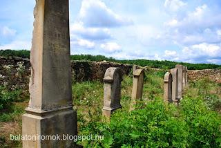 Álló sírkövek a karmacsi zsidó temetőben