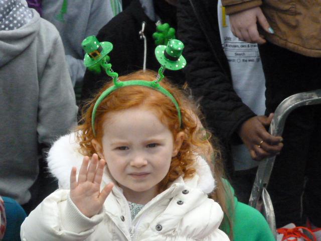 niña irlandesa en el desfile de San Patricio