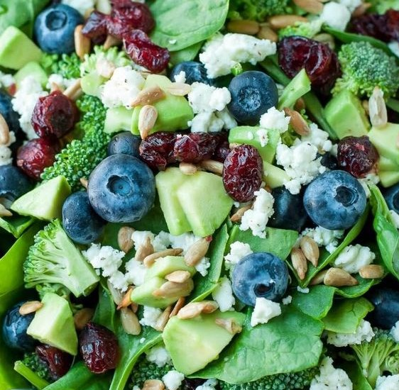 BLUEBERRY BROCCOLI SPINACH SALAD WITH POPPYSEED RANCH #easysalad #vegetarian