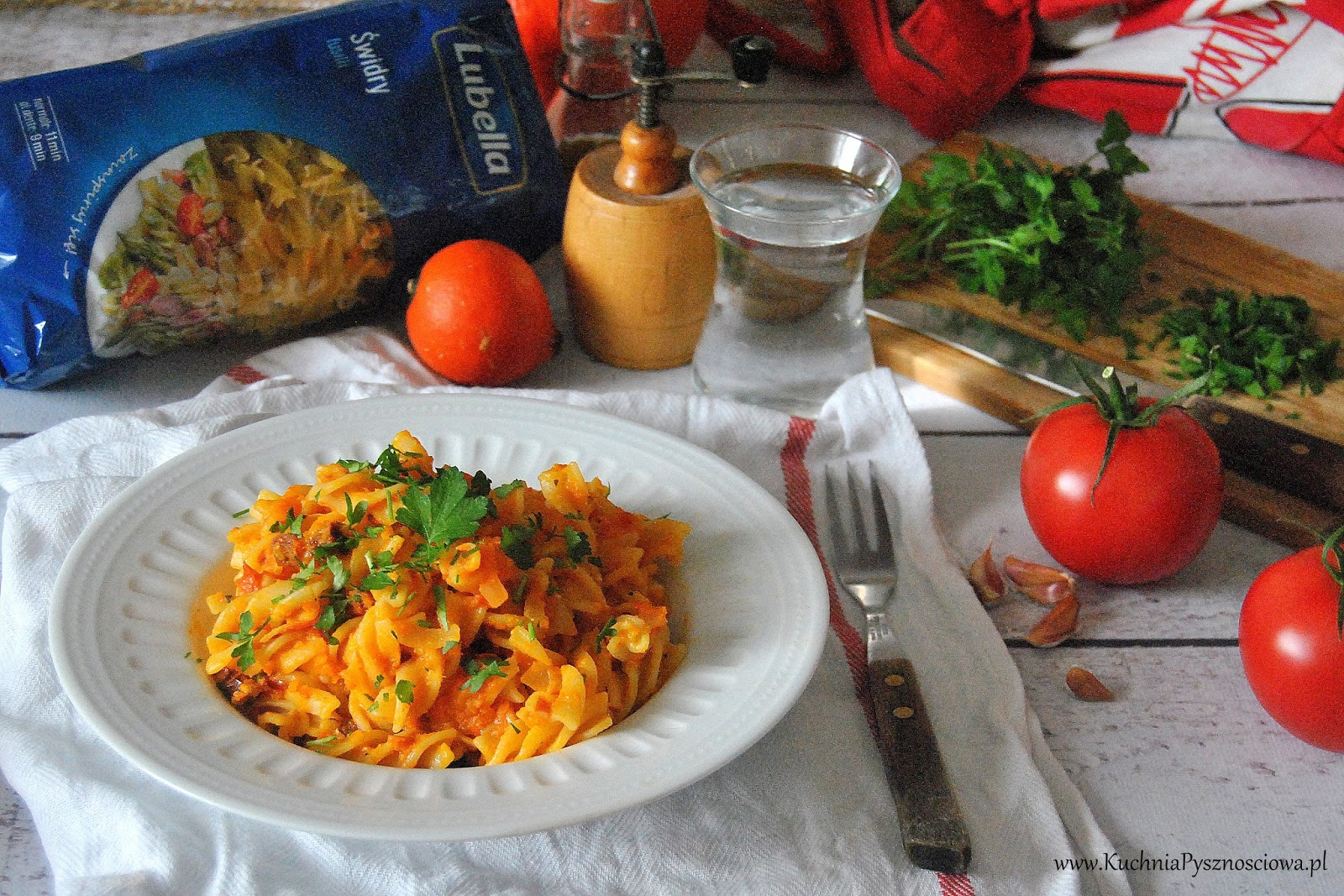 551. Makaron z prostym sosem z pieczonej dyni i pomidorów