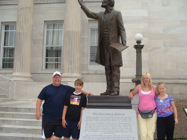 """Wir vor der Statue von Abraham Lincoln in Erinnerung an seine Rede """"Gettysburg address"""""""
