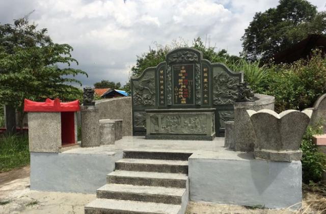 Cerita Nisan di Kuburan Tionghoa