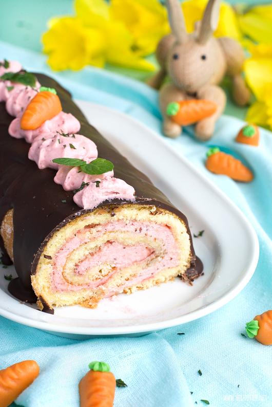 Kay Bojesen Hase vor einer Biskuitrolle mit Erdbeeren zum Osterfest