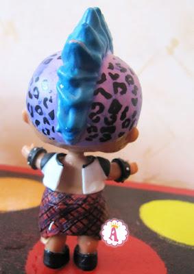 Как выглядит игрушка Лол мальчик в одежде со спины