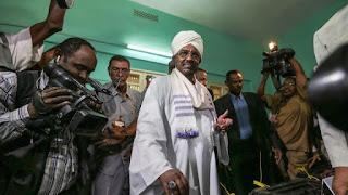 الرئيس السوداني عمر البشير يقرر حل الحكومة و يقلص عدد الوزارات إلى 21 وزارة