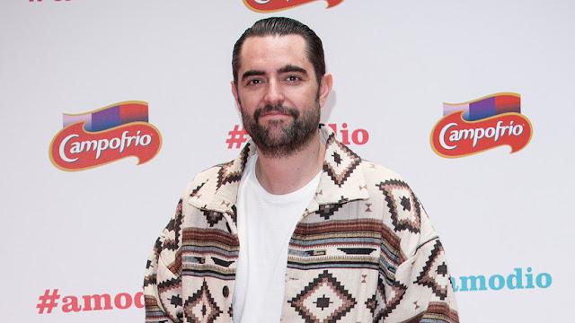 Un humorista es imputado en España por sonarse la nariz con la bandera del país