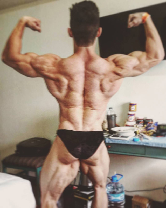 Otto Baêta mostra físico musculoso em pose duplo bíceps de costas. Foto: Arquivo pessoal