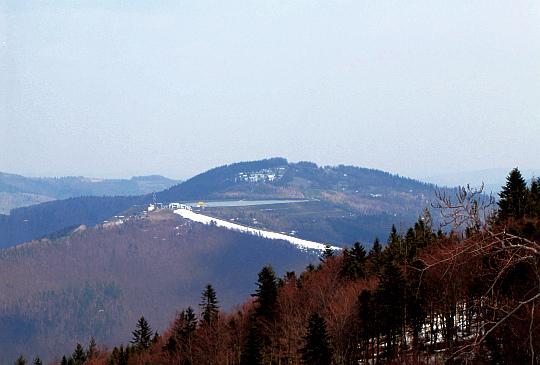 Góra Żar (761 m n.p.m.), a za nią wznosi się Kiczera (827 m n.p.m.).