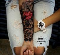 tatuaje en el antebrazo rosas y diamante coraozn