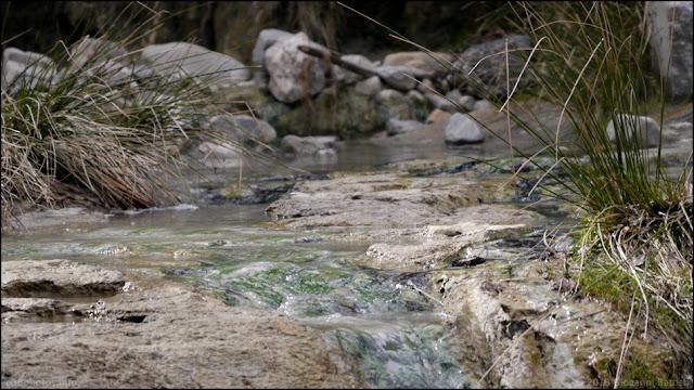 Fotografia di torrente tra i sassi
