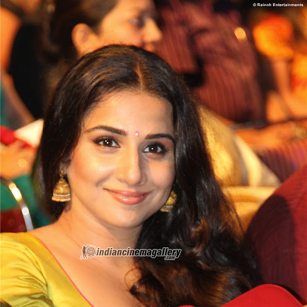 Vidya Balan at Amrita film awards 2012 - hot show