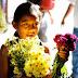 एक छोटी बच्ची और उसका फूलों का गुलदस्ता..