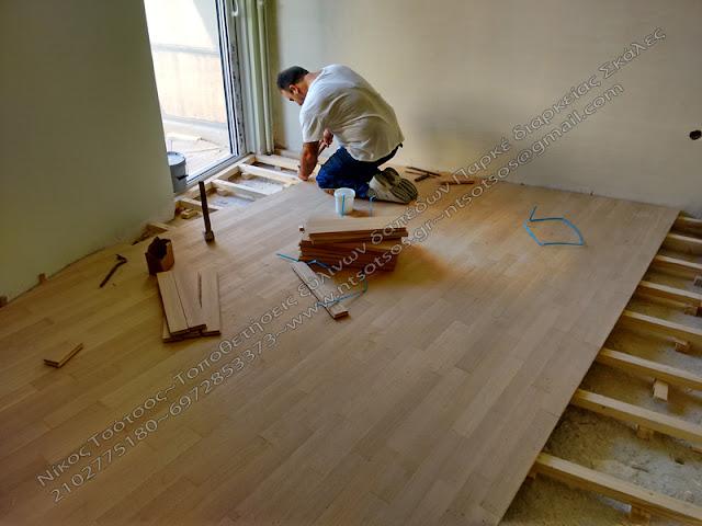 Το ξύλινο πάτωμα κατα τη διαδικασία της τοποθέτησης