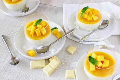 Witte chocolade kokos panna cotta met mango