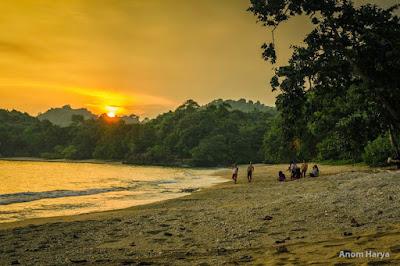 Foto indah sunset pantai Kondang Merak Malang Yang Penuh Pesona