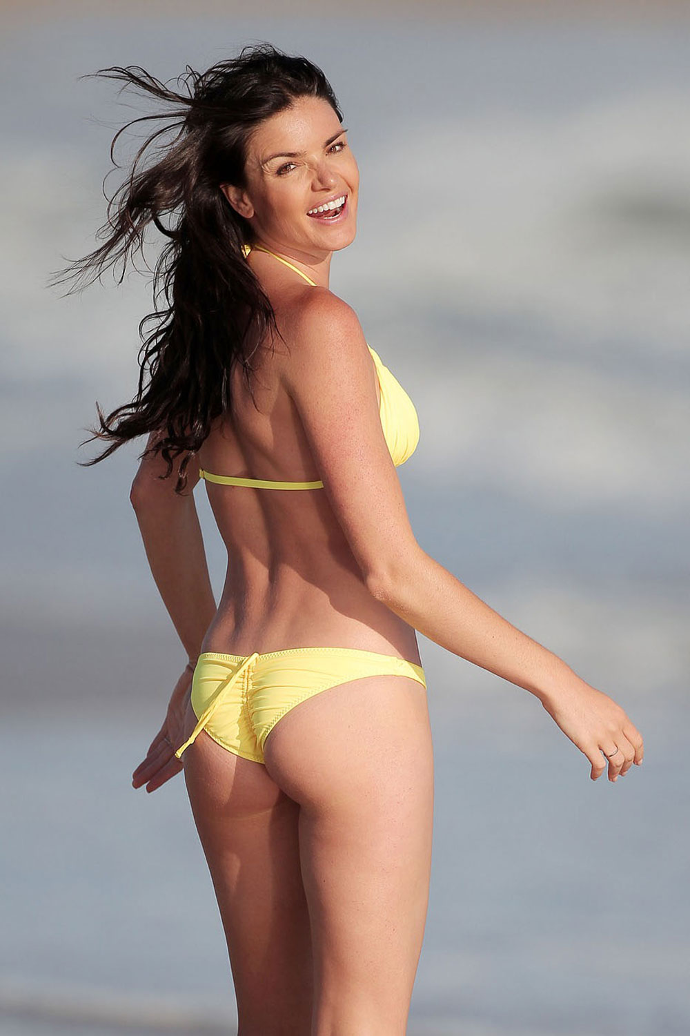 Courtney Robertson Spotted Reading Fifty Shades Of Grey At A Beach Flaunts Bikini Body In