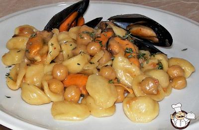 Orecchiette (risottate) con ceci e cozze.