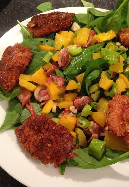 Salade met kipnuggets, veldsla, spekreepjes, paprika en bosui
